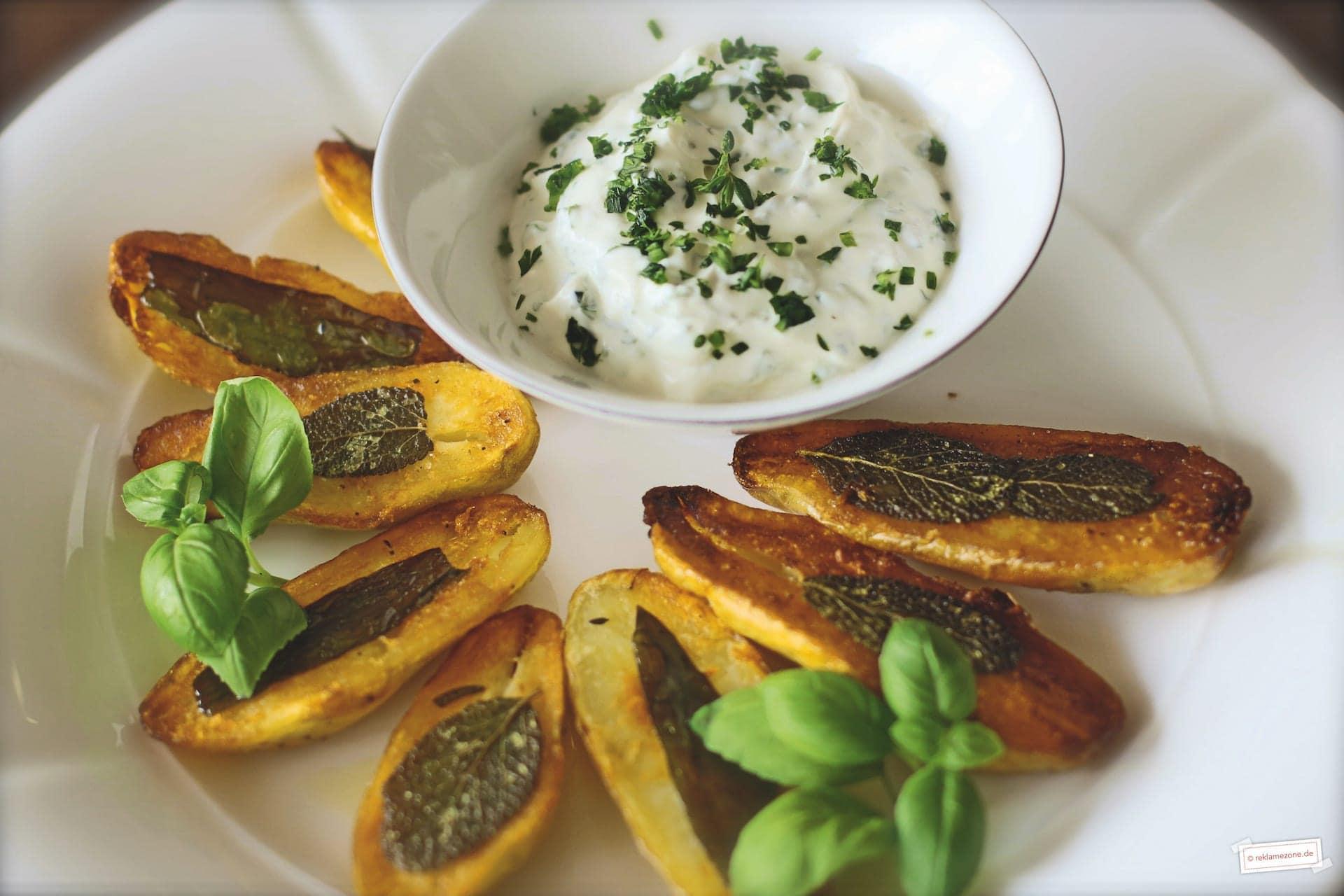 Kartoffelgerichte, Kartoffelspalten aus dem Ofen mit Kräuterquark - Foto: reklamezone.de