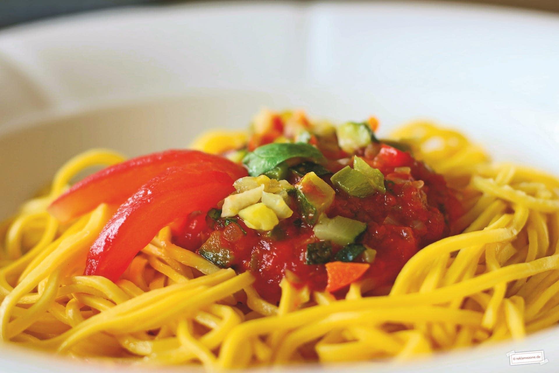 Nudeln mit selbstgemachter Tomatensoße - Foto: reklamezone.de