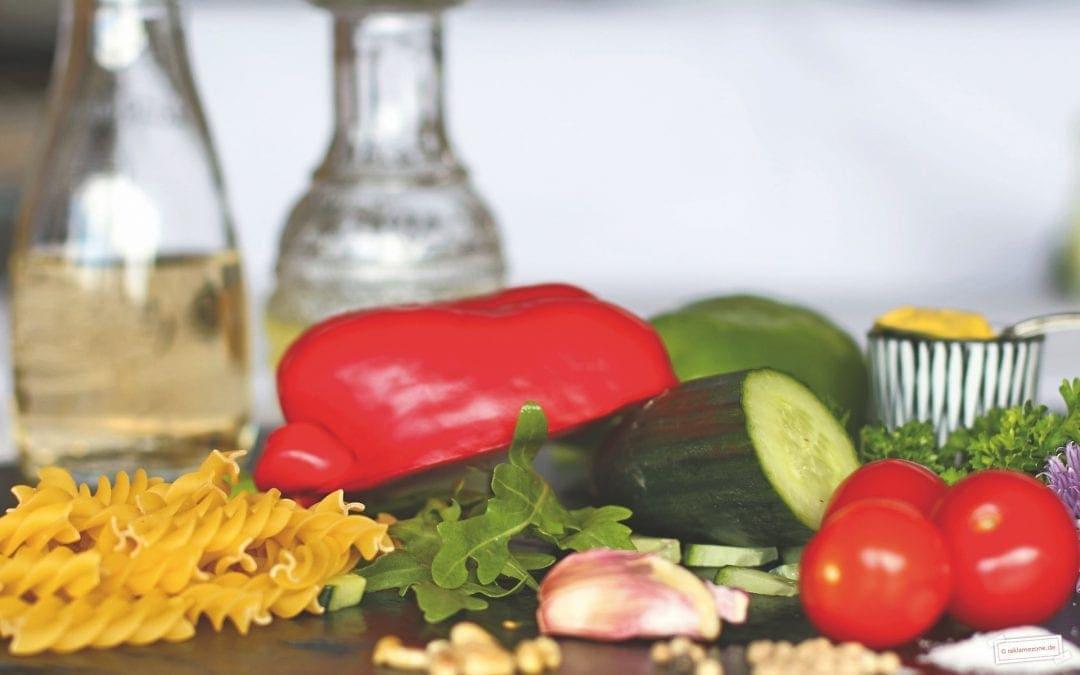 Nudelsalat mit Pinienkernen und Rucola