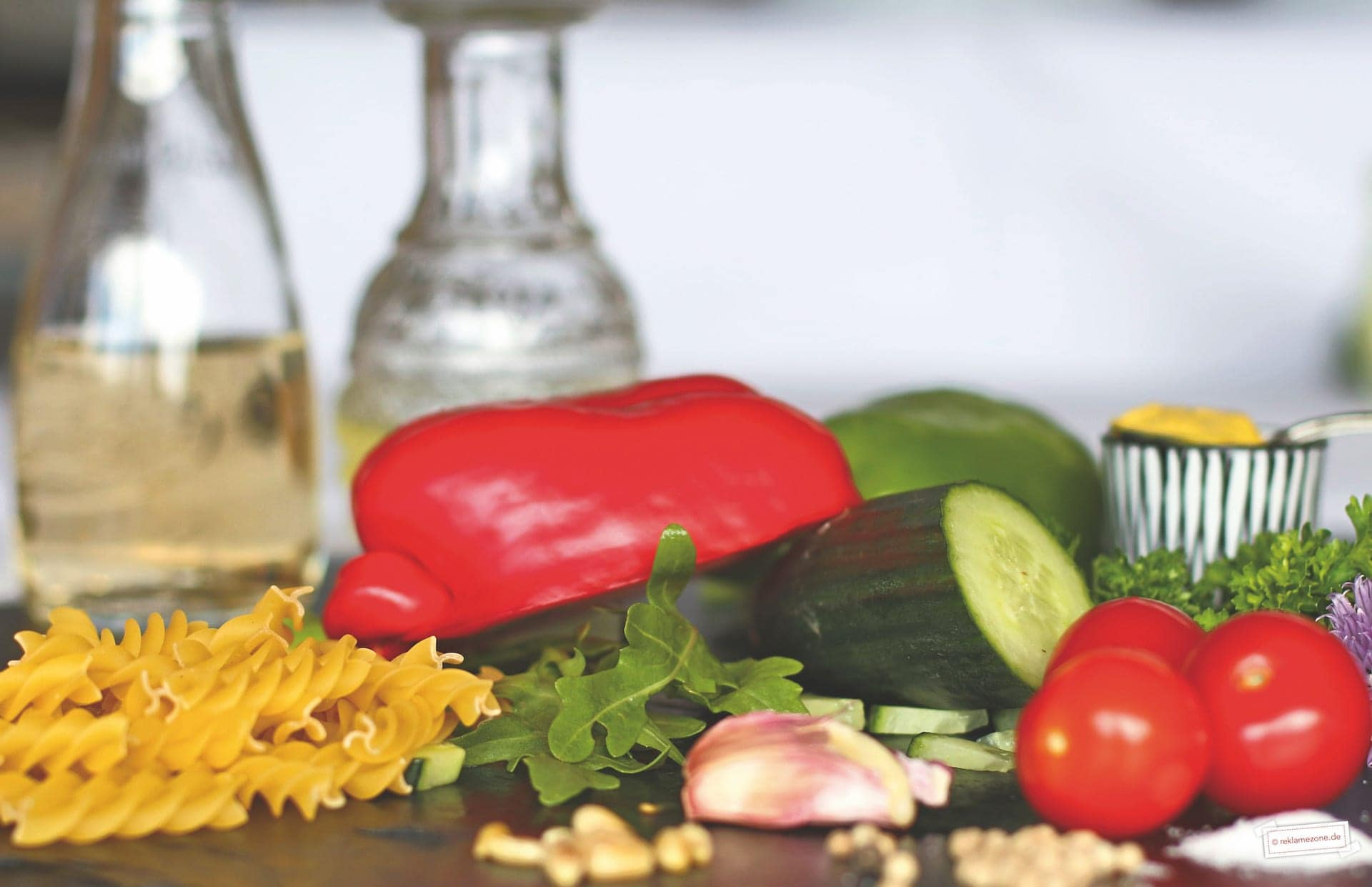 Nudelsalat mit Pinienkernen und Rucola - Foto: reklamezone.de