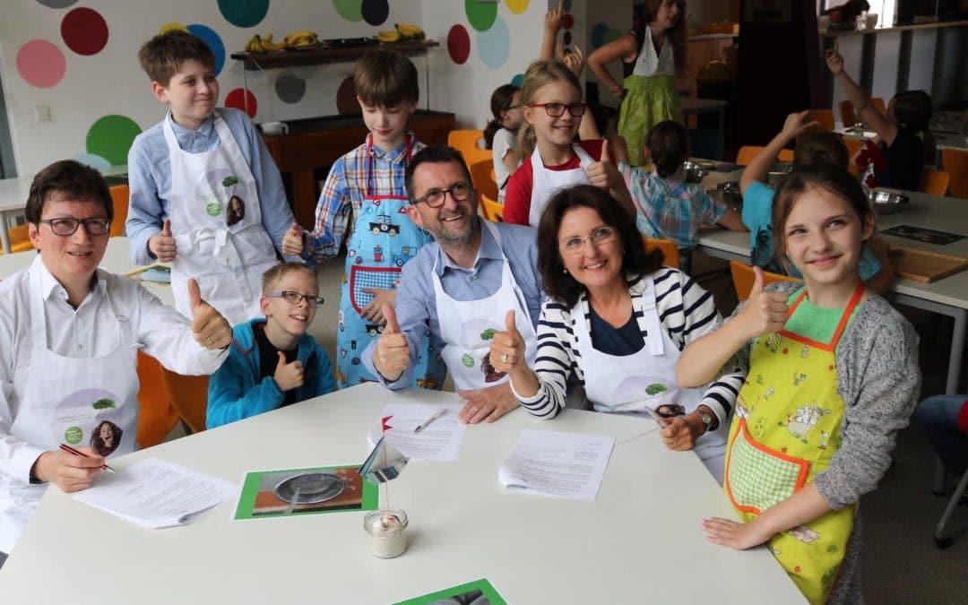 Verbraucherschutzminister Jost am Herd mit St. Ingberter Schülern & Verlängerung des Kochprojekts